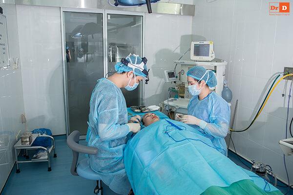 ThS.BS Lê Hữu Điền trực tiếp phẫu thuật cho khách hàng