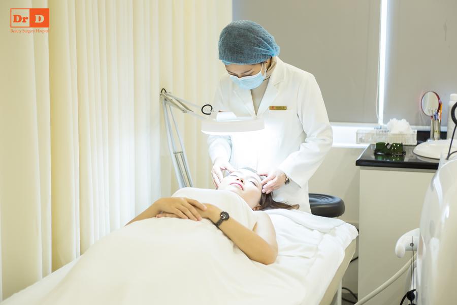 Bác sĩ sử dụng sản phẩm chuyên biệt để massage da cho khách hàng