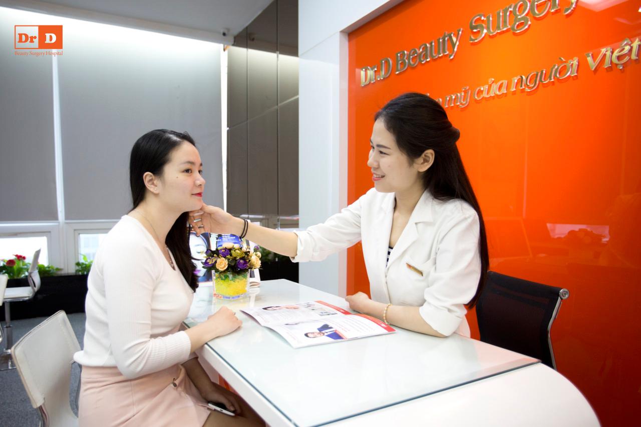 Bác sĩ da liễu thăm khám và tư vấn cho khách hàng