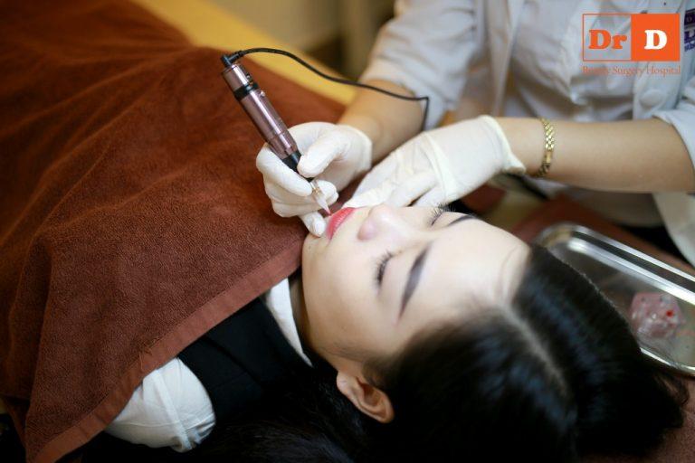 Chuyên viên phun xăm tiến hành phun môi với thao tác nhẹ nhàng, khéo léo, không gây đau