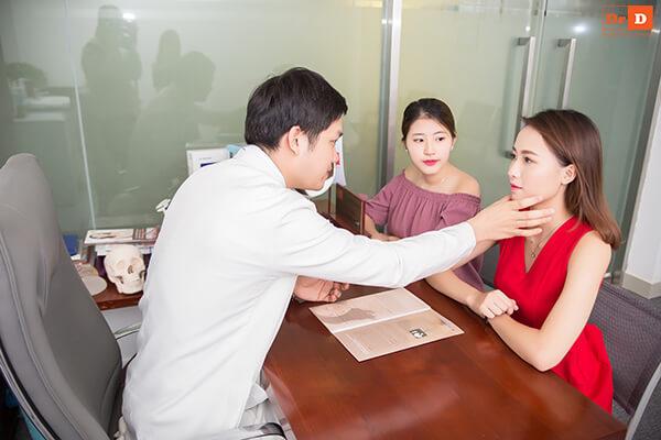 Bác sĩ tư vấn thăm khám trước khi thực hiện thu gọn cánh mũi