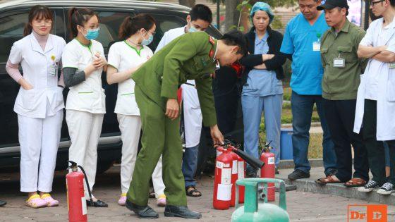 Cán bộ Sở cảnh sát Phòng cháy chữa cháy huấn luyện cách sử dụng dụng cụ chữa cháy