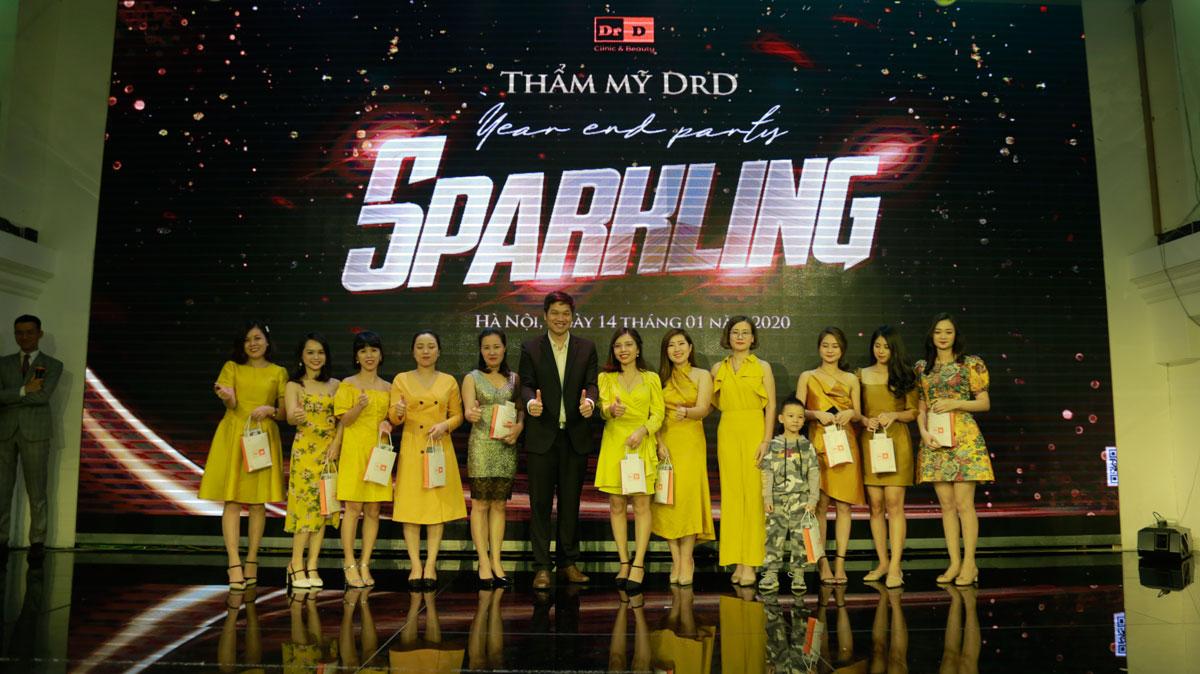 Bác sĩ Điền trao quà cho team Sale và Telesale