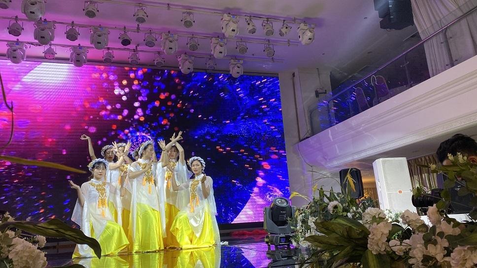 """Đội 1 với bài múa """"Tự tâm"""" đến từ tập thể cán bộ nhân viên cơ sở 2 Mỹ Đình."""