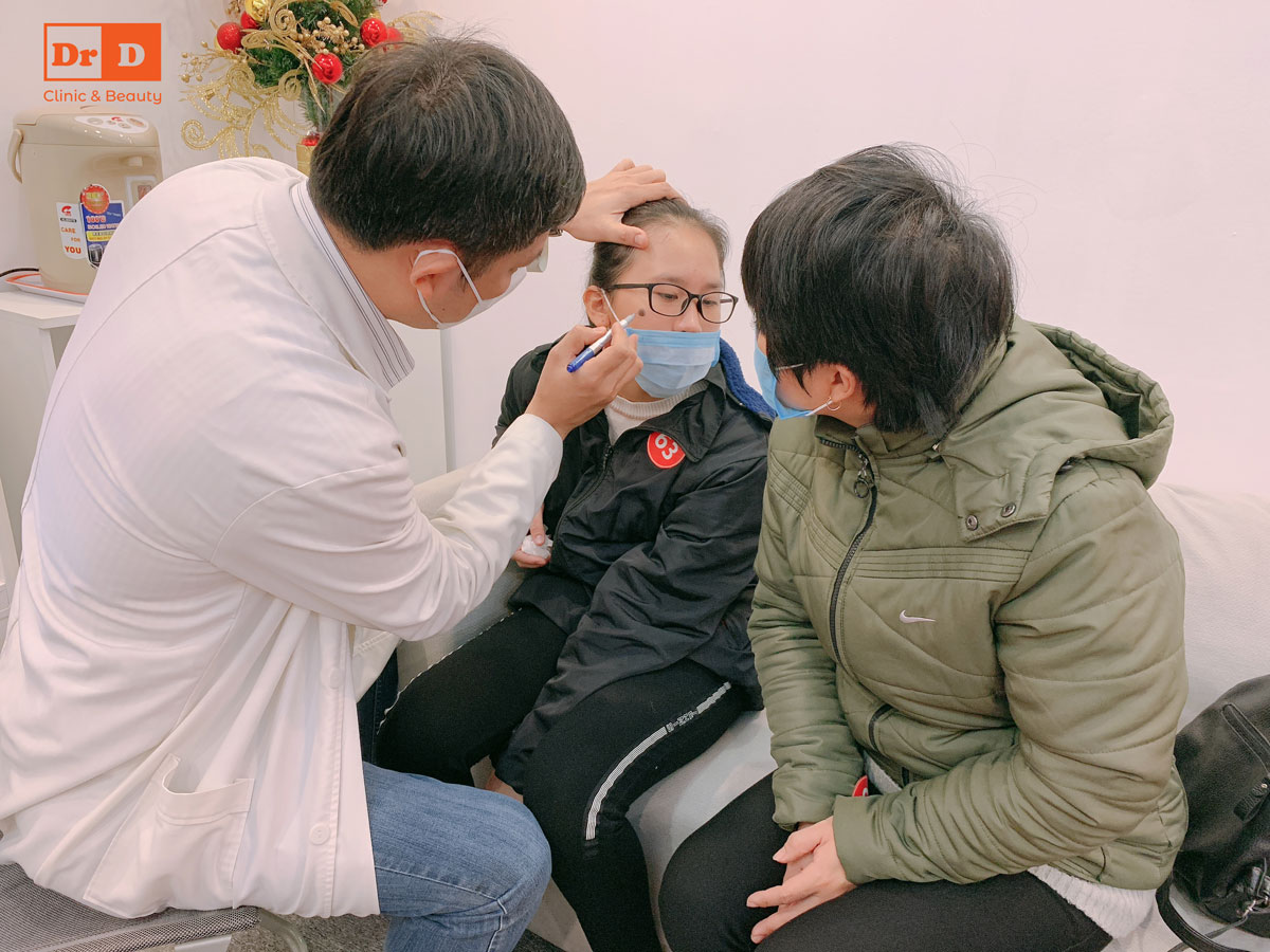 Bác sĩ Lê Hữu Điền trực tiếp tư vấn cho khách hàng trong ngày đầu năm mới